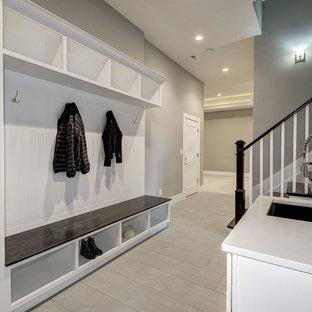 ワシントンD.C.の巨大なコンテンポラリースタイルのおしゃれなマッドルーム (グレーの壁、磁器タイルの床、グレーの床) の写真