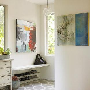 Пример оригинального дизайна: прихожая в стиле модернизм с белыми стенами и деревянным полом