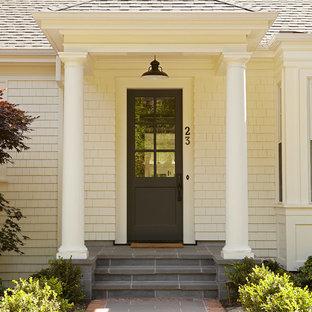 Modelo de puerta principal tradicional con puerta simple y puerta de vidrio
