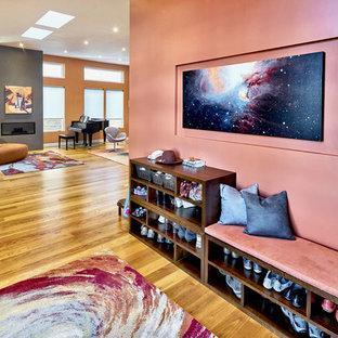 サンフランシスコの中くらいのコンテンポラリースタイルのおしゃれな玄関ロビー (ピンクの壁、淡色無垢フローリング) の写真