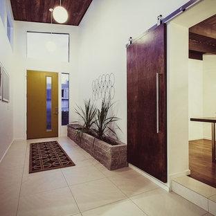 Источник вдохновения для домашнего уюта: фойе в стиле ретро с белыми стенами, одностворчатой входной дверью, желтой входной дверью и деревянным потолком