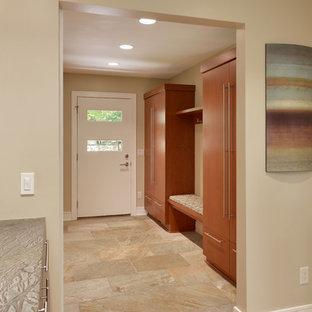 Idee per un grande ingresso con anticamera minimal con pareti beige, pavimento con piastrelle in ceramica, una porta a pivot, una porta bianca e pavimento multicolore