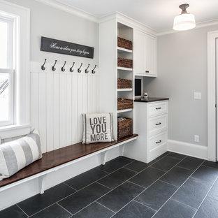 На фото: тамбур в стиле кантри с серыми стенами, одностворчатой входной дверью, стеклянной входной дверью и черным полом с
