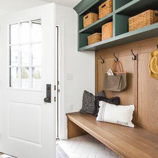Idéer för ett klassiskt kapprum, med vita väggar, en enkeldörr, en vit dörr och vitt golv