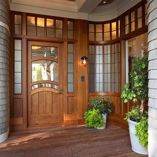 ミネアポリスの片開きドアヴィクトリアン調のおしゃれな玄関 (木目調のドア) の写真