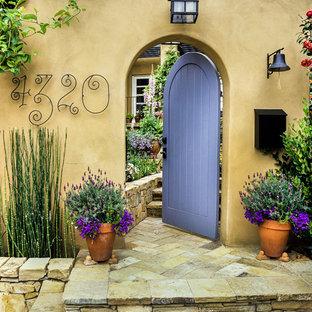 Стильный дизайн: входная дверь с бежевыми стенами, одностворчатой входной дверью и фиолетовой входной дверью - последний тренд