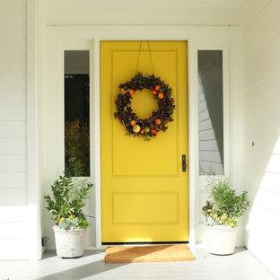 Идея дизайна: входная дверь в современном стиле с белыми стенами, одностворчатой входной дверью и желтой входной дверью