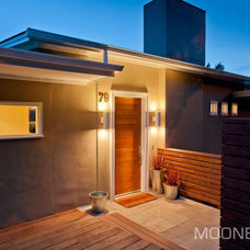 Contemporary Entry by MOONES Home LLC