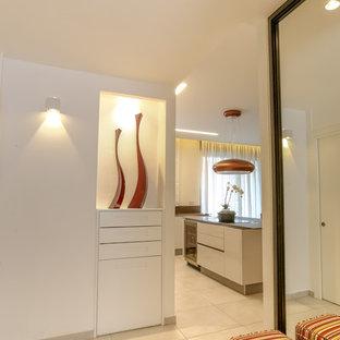 Foto di un corridoio minimalista con pareti bianche e pavimento in granito