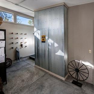 Industrial Eingang mit Betonboden und weißer Wandfarbe in Sonstige