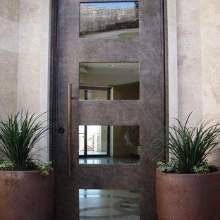 Idéer för att renovera en liten funkis ingång och ytterdörr, med beige väggar, marmorgolv, en enkeldörr och en brun dörr
