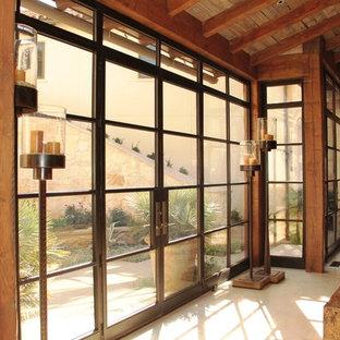 Ejemplo de puerta principal actual, grande, con paredes marrones, suelo de granito, puerta doble y puerta marrón