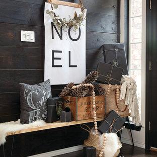 Ispirazione per un grande ingresso o corridoio nordico con pareti bianche, parquet scuro, una porta singola, una porta nera e pavimento marrone