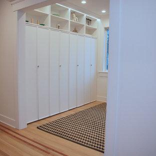 Ejemplo de vestíbulo posterior casetón, clásico renovado, pequeño, con paredes blancas y suelo de madera clara