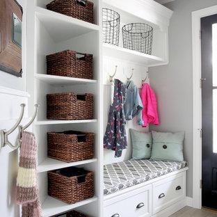Aménagement d'une petit entrée classique avec un vestiaire et un mur gris.