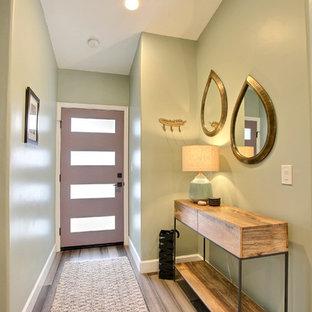 Idee per una porta d'ingresso minimalista di medie dimensioni con pareti verdi, pavimento in bambù, una porta singola, una porta viola e pavimento grigio