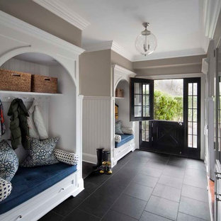 Modelo de vestíbulo posterior tradicional con paredes grises, puerta tipo holandesa, puerta negra, suelo de pizarra y suelo negro