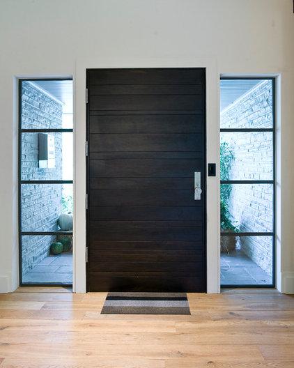 Modern Entry by CRFORMA DESIGN:BUILD