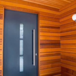 Новые идеи обустройства дома: входная дверь среднего размера в стиле модернизм с белыми стенами, темным паркетным полом, одностворчатой входной дверью, черной входной дверью и коричневым полом