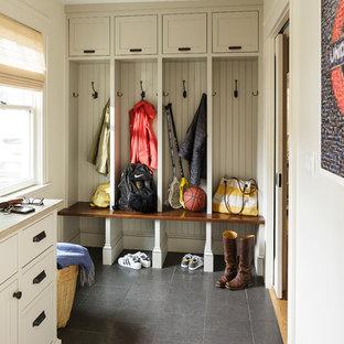 Idéer för mellanstora vintage kapprum, med vita väggar och kalkstensgolv