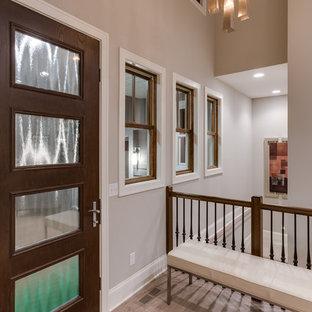 Idéer för en mellanstor modern foajé, med grå väggar, ljust trägolv, en enkeldörr och en brun dörr