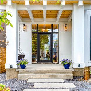 カルガリーの大きい片開きドアカントリー風おしゃれな玄関ドア (ガラスドア) の写真