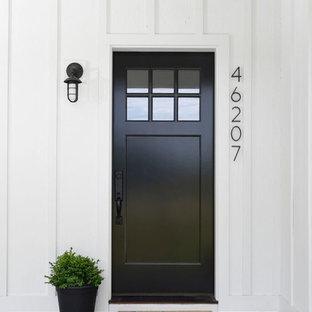 Foto på en lantlig ingång och ytterdörr, med en enkeldörr och en svart dörr