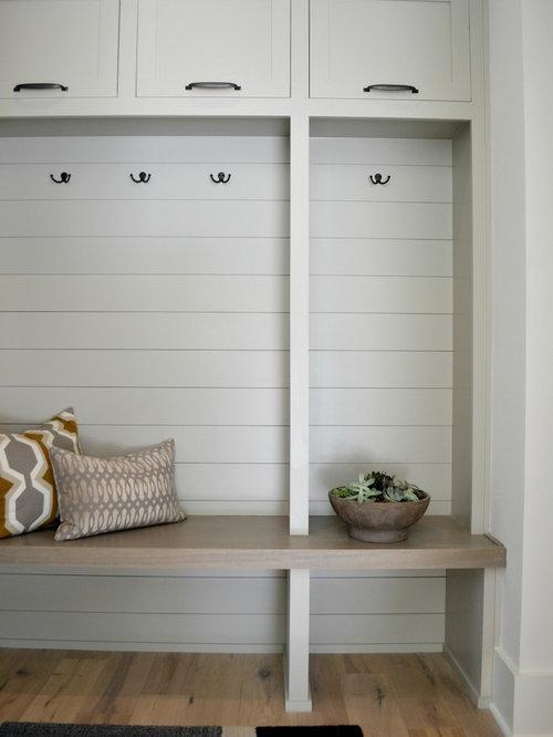 entr e avec une porte grise et un mur blanc photos et id es d co d 39 entr es de maison ou d. Black Bedroom Furniture Sets. Home Design Ideas