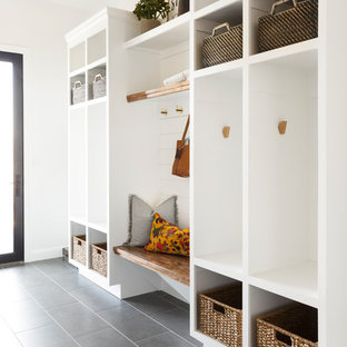 Modelo de vestíbulo posterior clásico renovado, de tamaño medio, con paredes blancas, suelo de baldosas de cerámica y suelo gris