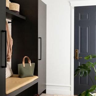 Idée de décoration pour une grande entrée tradition avec un vestiaire, un mur blanc, un sol en carrelage de porcelaine et un sol gris.