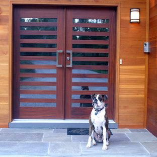 Inspiration för en funkis ingång och ytterdörr, med bruna väggar, skiffergolv, en dubbeldörr och mörk trädörr