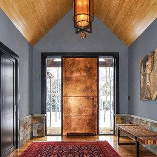 Idéer för stora industriella foajéer, med grå väggar, mellanmörkt trägolv, en enkeldörr och metalldörr