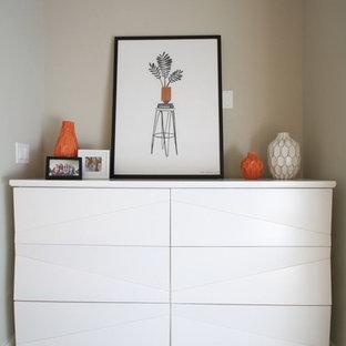 Idéer för en liten modern ingång och ytterdörr, med beige väggar, heltäckningsmatta och beiget golv