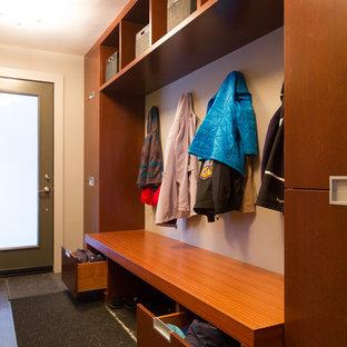 Diseño de vestíbulo posterior actual, de tamaño medio, con paredes beige, puerta simple, puerta de vidrio y suelo gris