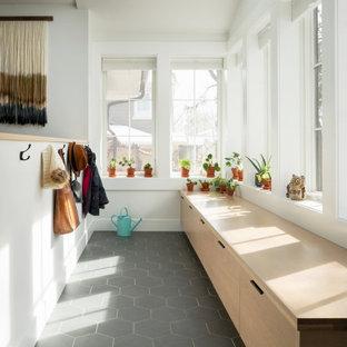 Foto di un ingresso con vestibolo design con pareti bianche, pavimento in gres porcellanato e pavimento grigio