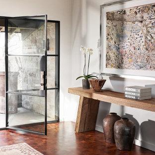 Ejemplo de distribuidor retro, de tamaño medio, con paredes blancas, suelo marrón, puerta simple y puerta de vidrio