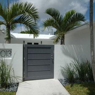 Bild på en tropisk entré, med vita väggar