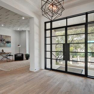 Idéer för en stor klassisk ingång och ytterdörr, med beige väggar, mellanmörkt trägolv, en dubbeldörr och glasdörr