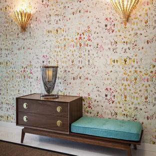 Diseño de entrada contemporánea con paredes multicolor