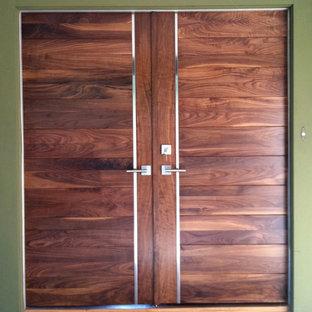 Ispirazione per una grande porta d'ingresso design con pareti verdi, parquet chiaro, una porta a due ante e una porta in legno bruno