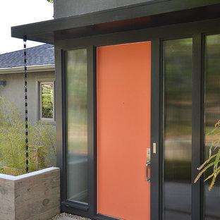 Mittelgroße Moderne Haustür mit beiger Wandfarbe, braunem Holzboden, Einzeltür und orangefarbener Tür in San Francisco