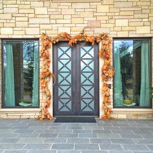 Inspiration för mellanstora rustika ingångspartier, med beige väggar, en dubbeldörr och metalldörr