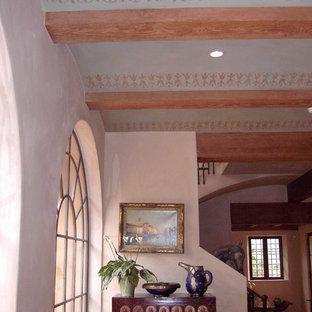 サンフランシスコの中サイズの両開きドア地中海スタイルのおしゃれな玄関ロビー (金属製ドア、ピンクの壁、テラコッタタイルの床) の写真