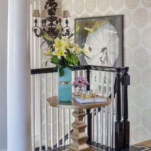 Неиссякаемый источник вдохновения для домашнего уюта: фойе среднего размера в стиле фьюжн с белыми стенами, паркетным полом среднего тона, одностворчатой входной дверью, черной входной дверью и коричневым полом