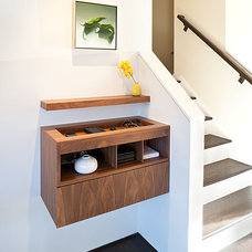 Midcentury Entry by Jennifer Weiss Architecture