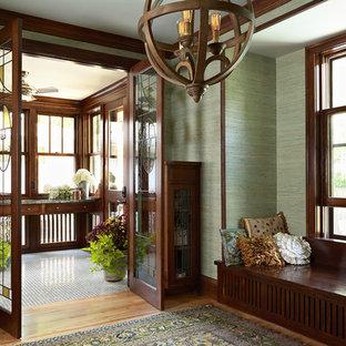 Idéer för en liten amerikansk farstu, med gröna väggar, mellanmörkt trägolv, en dubbeldörr och mörk trädörr