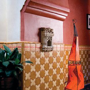 アルバカーキの中くらいの地中海スタイルのおしゃれな玄関ロビー (マルチカラーの壁、トラバーチンの床) の写真
