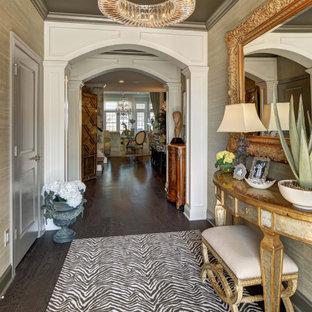 Bild på en liten vintage foajé, med grå väggar, mörkt trägolv, en enkeldörr, en grå dörr och brunt golv