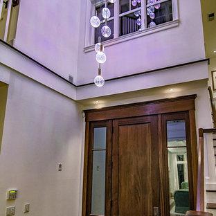 Foto på en mellanstor vintage ingång och ytterdörr, med vita väggar, mellanmörkt trägolv, en enkeldörr, mörk trädörr och brunt golv