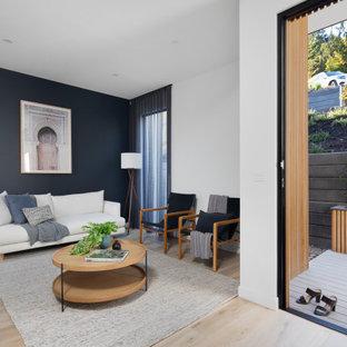 メルボルンの広い片開きドアコンテンポラリースタイルのおしゃれな玄関ロビー (白い壁、淡色無垢フローリング、淡色木目調のドア、ベージュの床、折り上げ天井、パネル壁) の写真